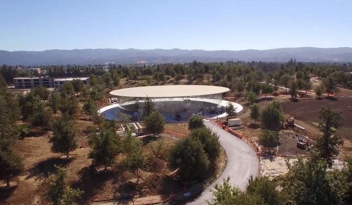 Steve Jobs Theater in dronevideo van Apple Park.