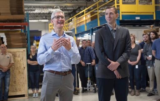 Bezoek Tim Cook aan fabriek met iPhone in zijn broekzak.