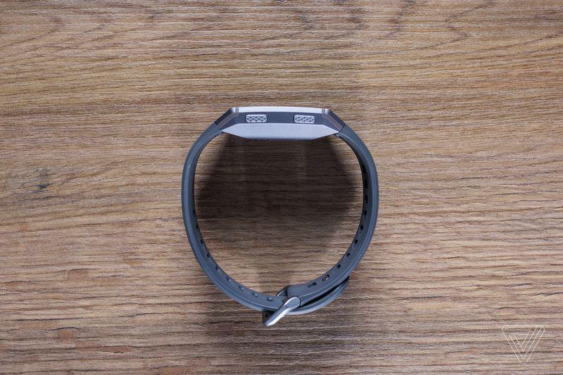Fitbit Ionic zijkant
