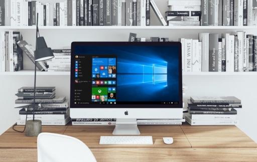 iMac met Windows op een bureau.