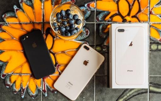 iPhone 8 Plus en doosje op oranje tafel