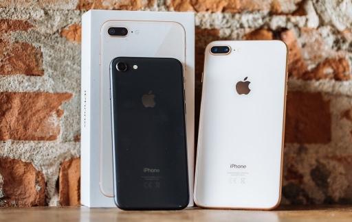 iPhone 8 review: toestellen en doosje tegen een muur