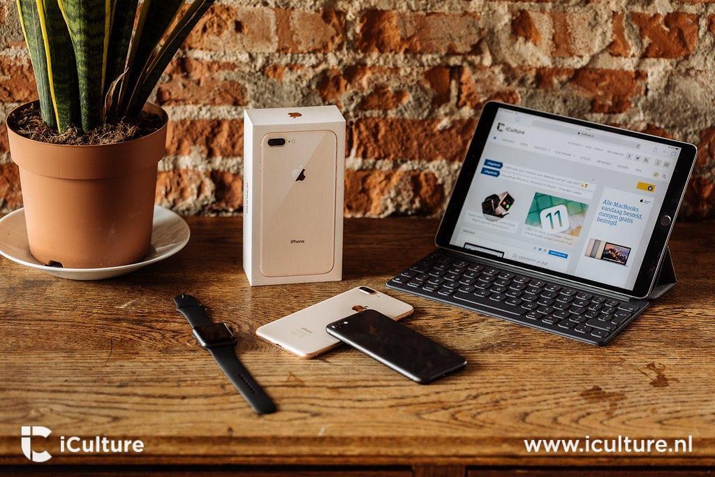 iPhone 8 en 8 Plus op bureau, met iPad en plant