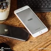 iPhone 8 Plus en iPhone 8 liggend op bureau