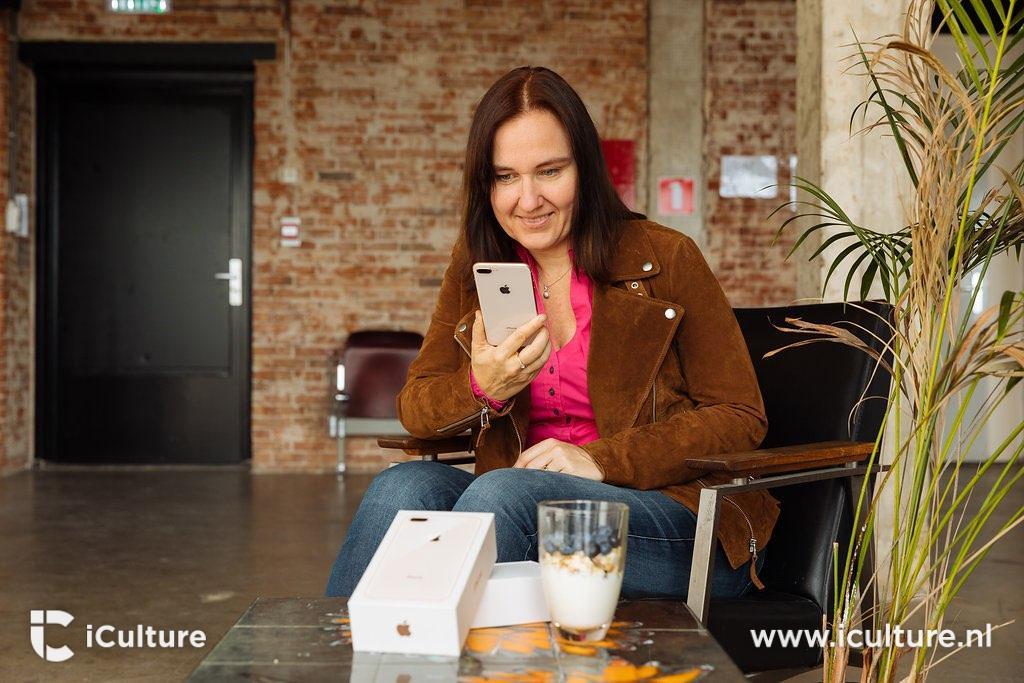 iPhone 8 Plus review Gonny aan tafel met verpakking