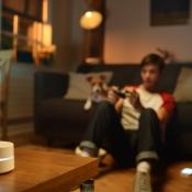 Google Wifi: jongen op de bank