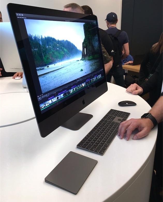 iMac Pro en accessoires in spacegrijs met Final Cut Pro.