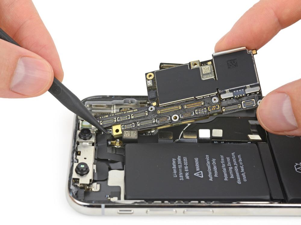 iPhone X teardown van iFixit met moederbord.