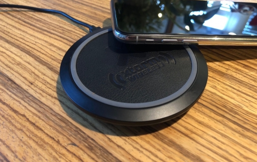 Xtorm Wireless Fast Charging Pad met iPhone X.