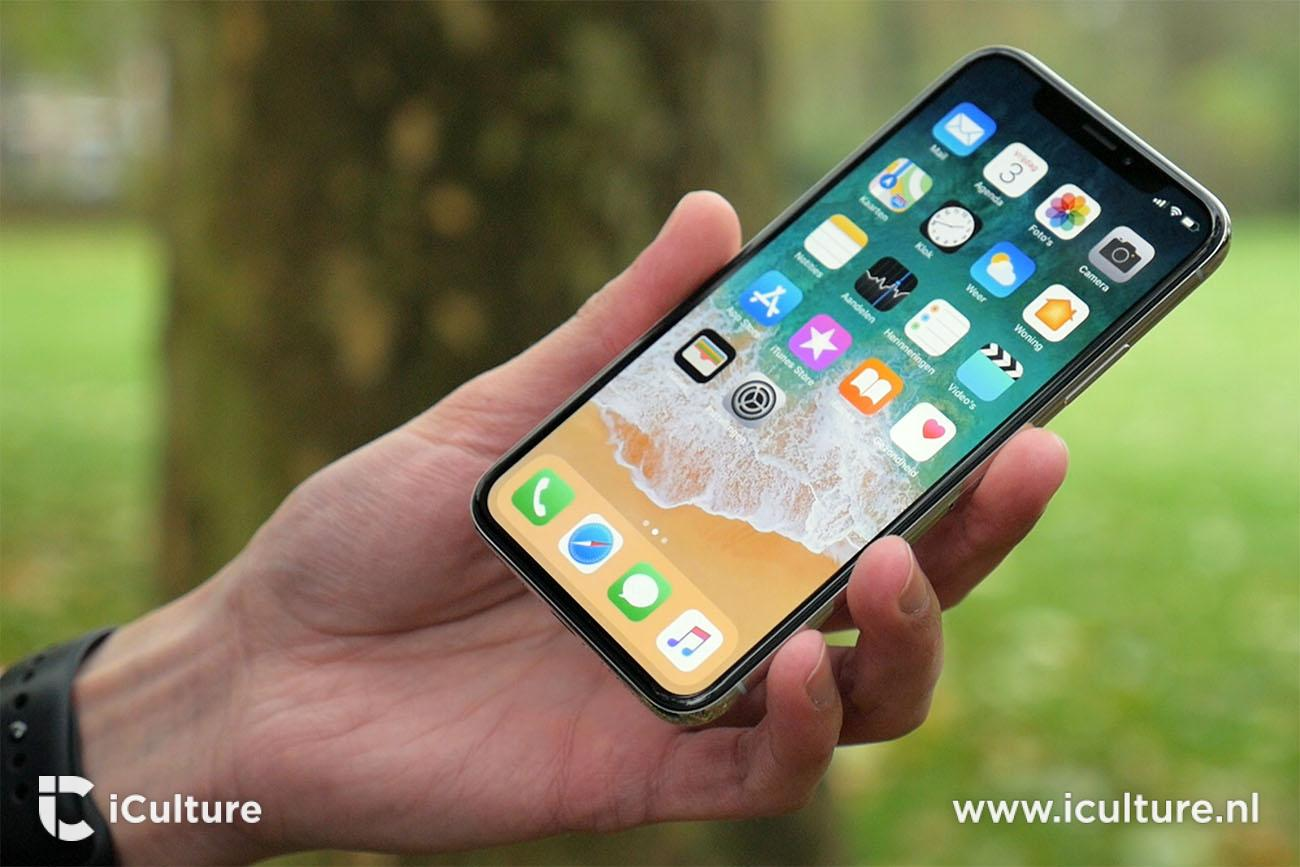 iPhone X review: toestel in de hand