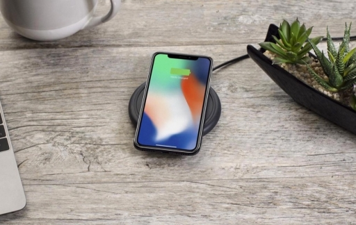Mophie Wireless Charging Base op tafel.