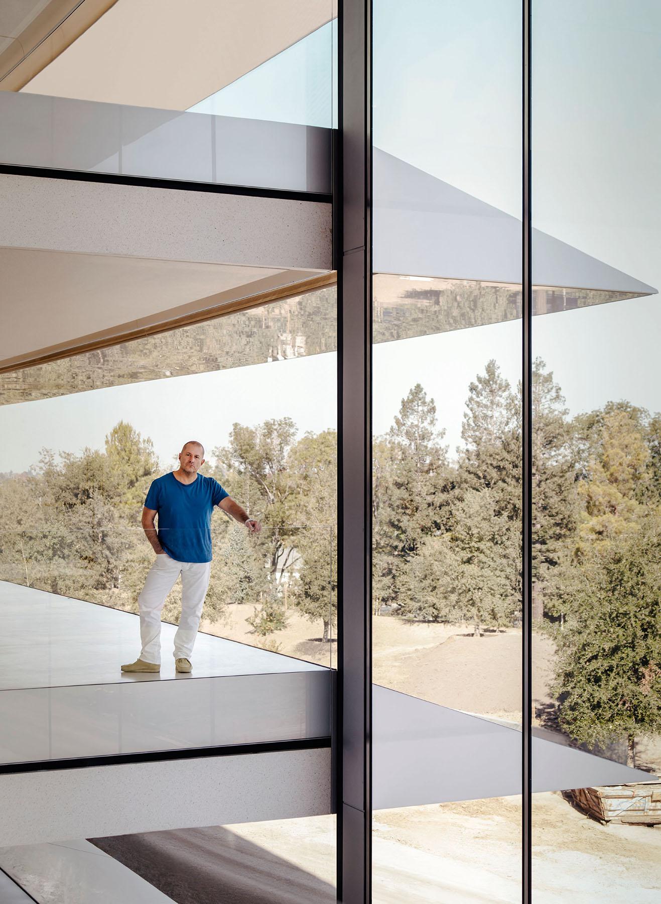 Jony Ive bij het raam in Apple Park.