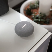 Review: Google Home Mini, dit kun je er nu al mee