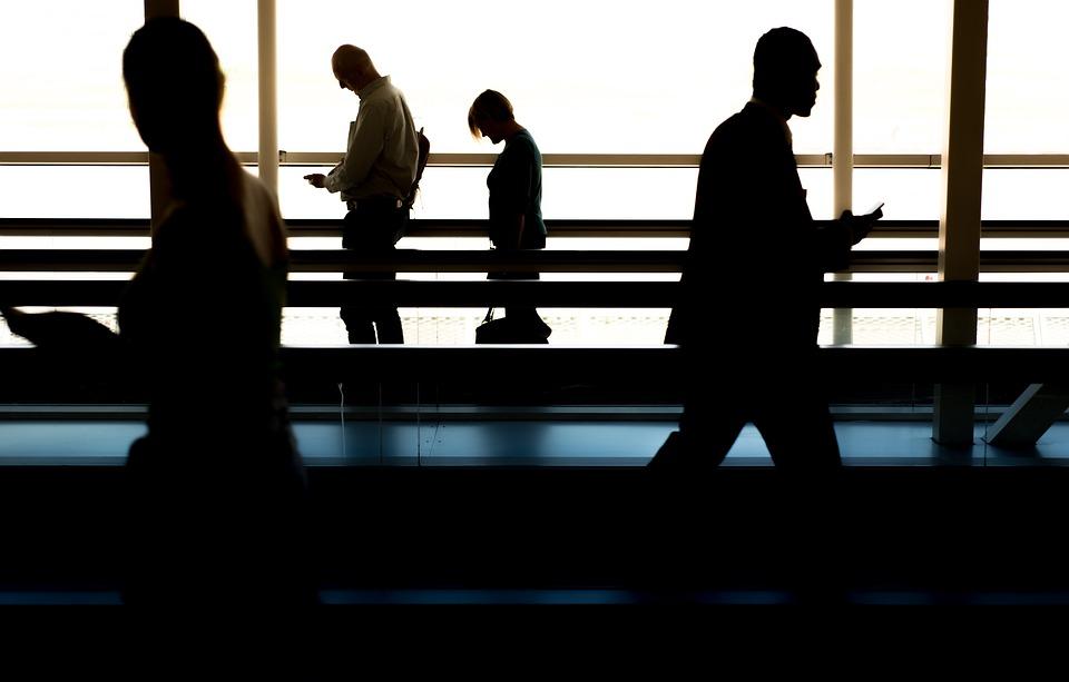 Mensen op vliegveld