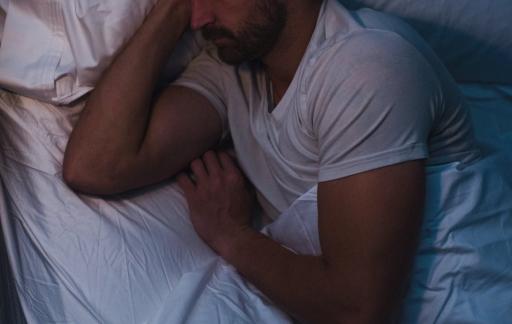Slapende man met Nokia Sleep