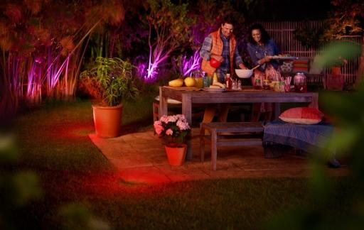Philips Hue buitenverlichting met de barbecue.
