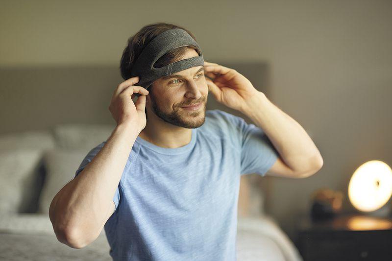 Philips SmartSleep: man met hoofdband op bed