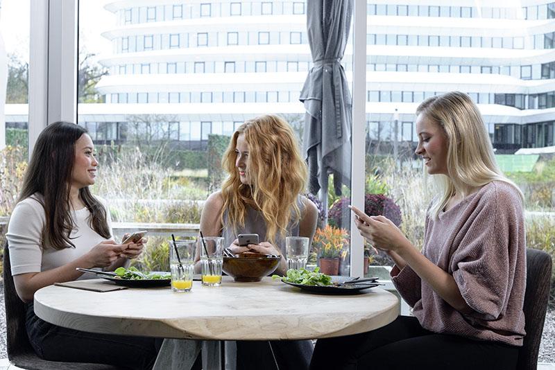 Payconiq: vrouwen met iPhones