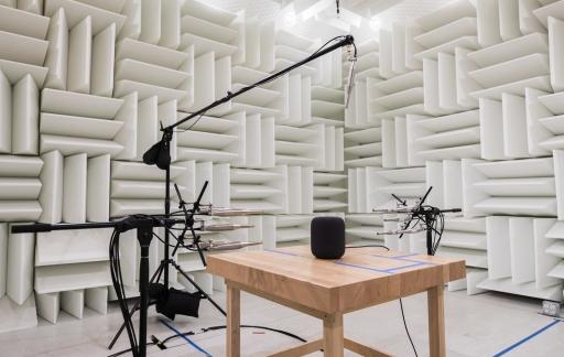 Apple's audiolab met de HomePod voor het meten van geluid tijdens stand-by.