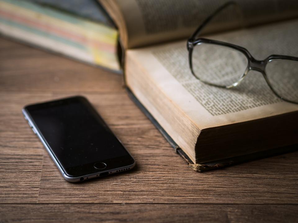 iPhone met boek