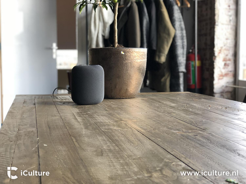 HomePod review: HomePod op houten tafel