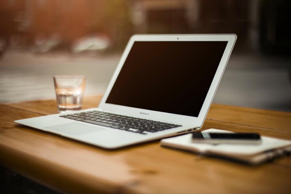 MacBook Air op een bureau.