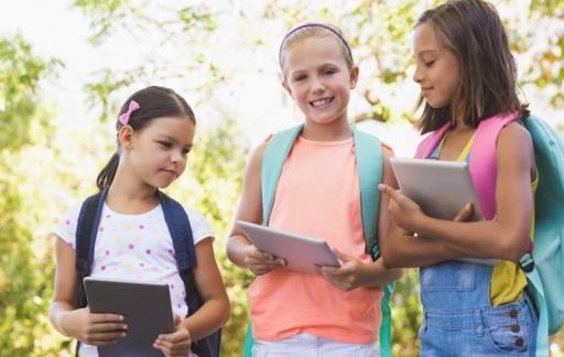 Kinderen met iPads (via Depositphotos)