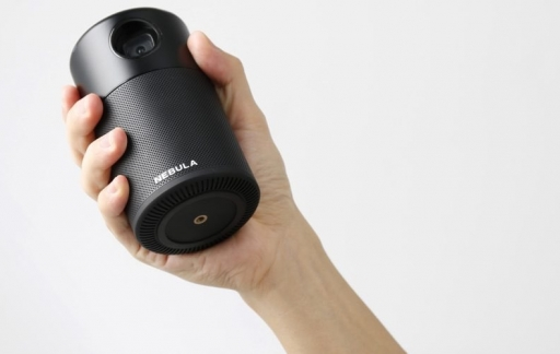 Anker Nebula Capsule review: projector in de hand