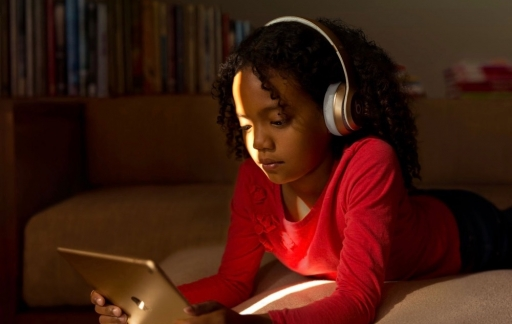 Kind met iPad op Families-pagina.