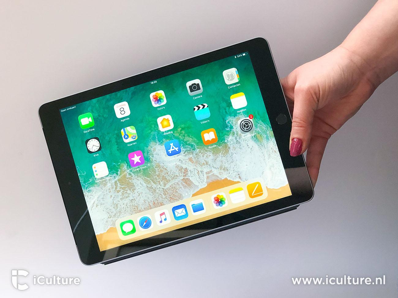 iPad 2018 review: iPad in de hand