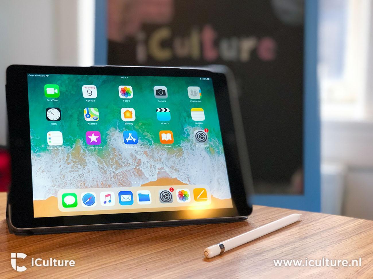 iPad 2018 review: iPad op tafel met schoolbord