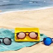 Spectacles 2 van Snapchat op het strand.