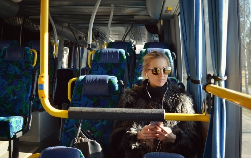 Podcasts luisteren in de bus
