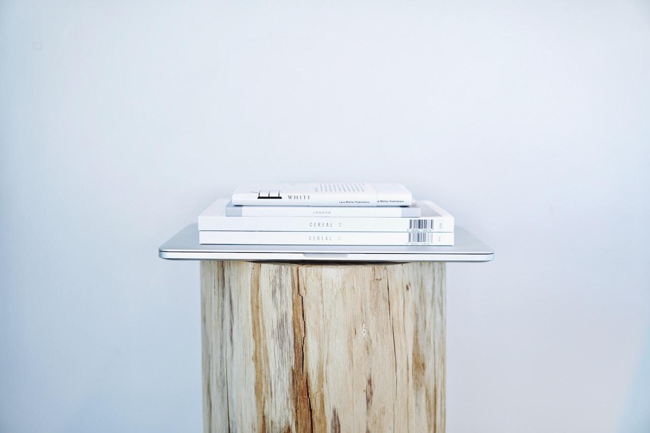MacBook met een stapel boeken