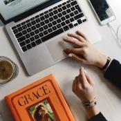 Macbook met een boek