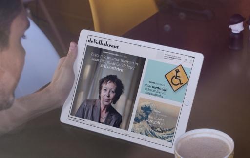 Volkskrant op de iPad met koffie.