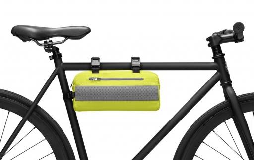 Rapha-tas op de fiets.