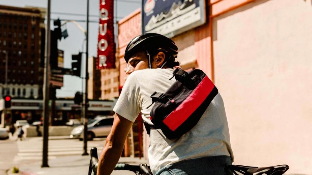 Rapha-tas op de rug van een fietser.