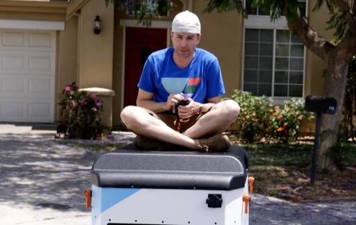 Mark Rober op een auto.