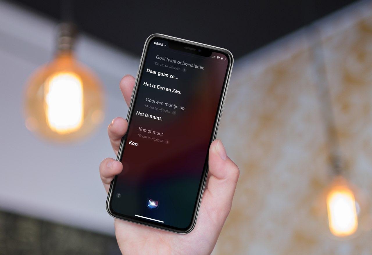 Siri dobbelstenen en muntje opgooien