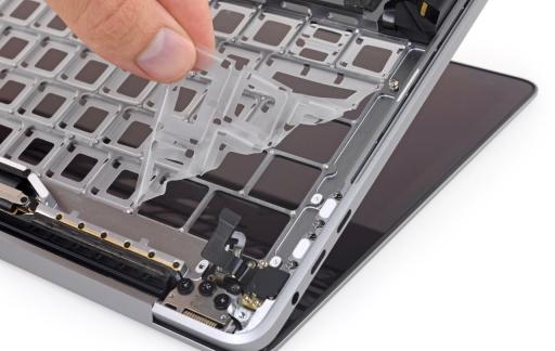 MacBook Pro 2018 toetsenbord teardown van iFixit met membraan.