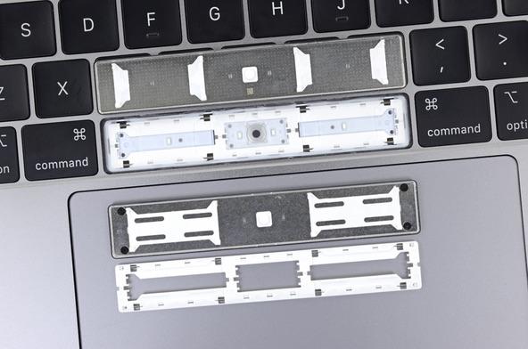 MacBook Pro 2018 toetsenbord teardown van iFixit met spatiebalk.