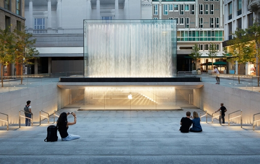 Apple Piazza Liberty plein met trappen