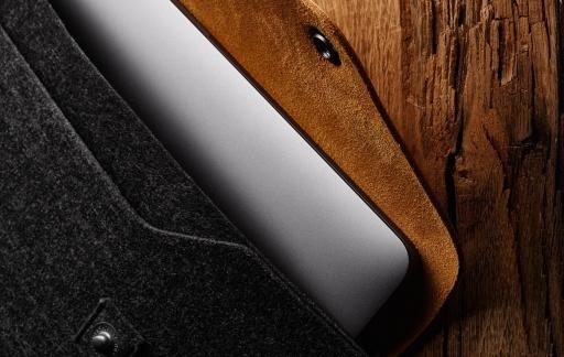 Mujjo Sleeve voor MacBook Pro met sluiting.