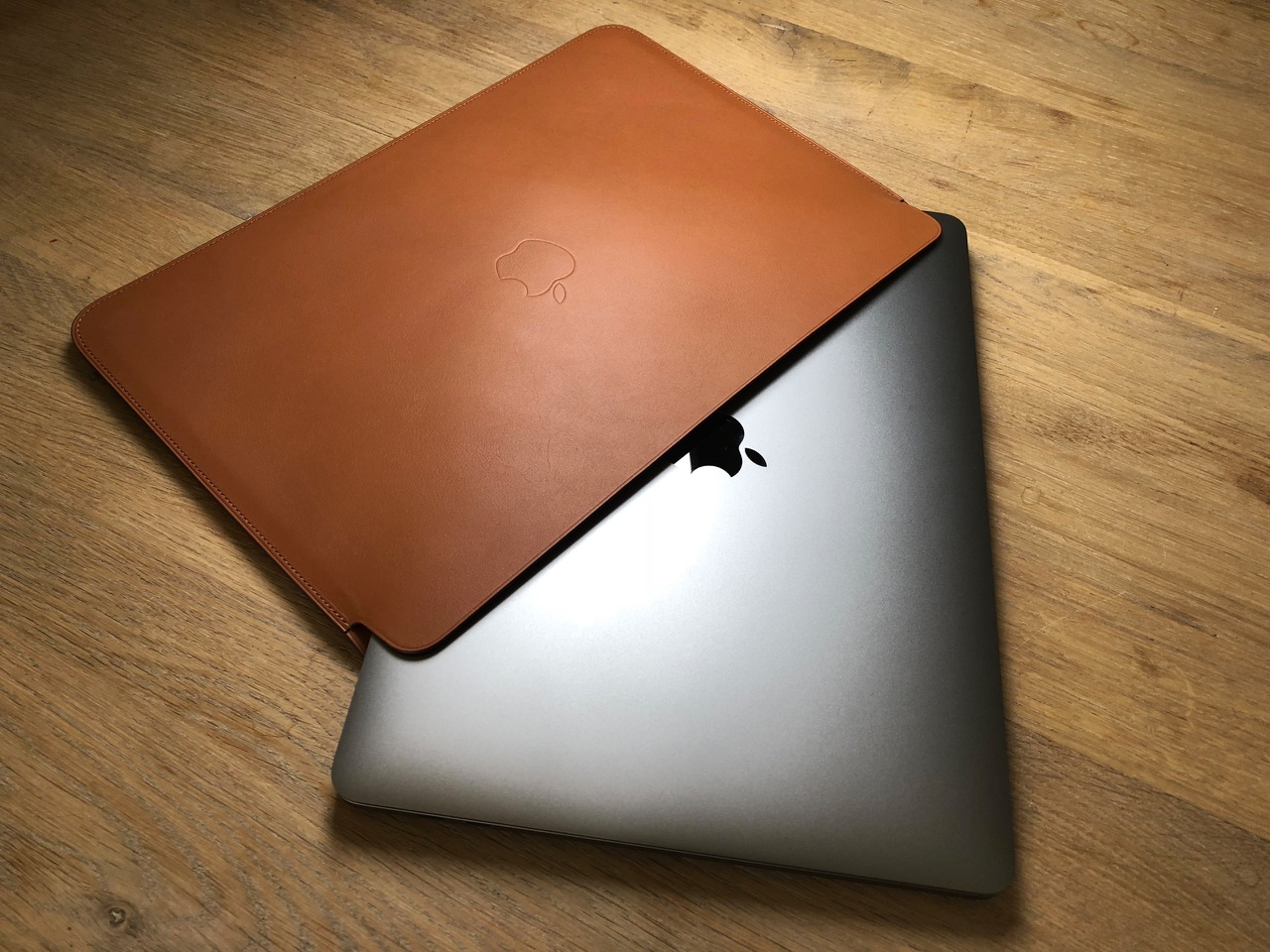 MacBook Pro schuin in Leren Sleeve.