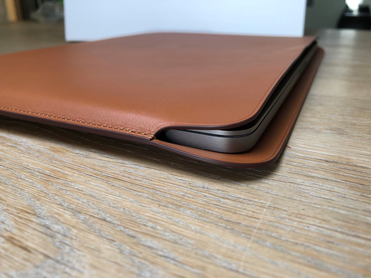 Hoekje van Leren Sleeve voor MacBook Pro.