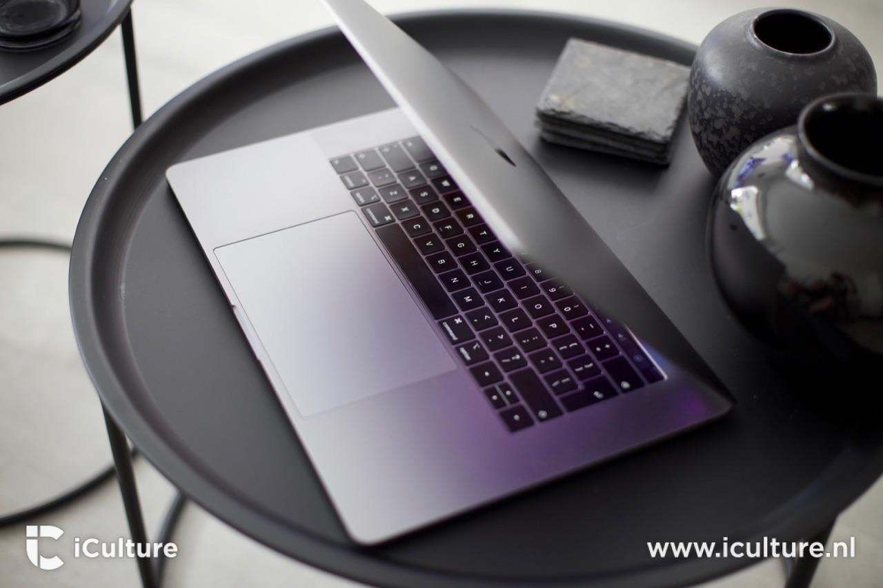MacBook Pro 2018 met toetsenbord op tafel.