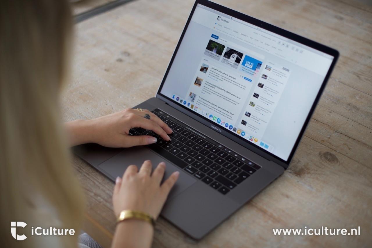 Typen op een MacBook Pro 2018.
