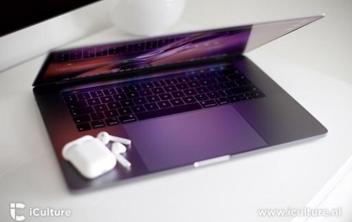 MacBook Pro 2018 toetsenbord met AirPods.