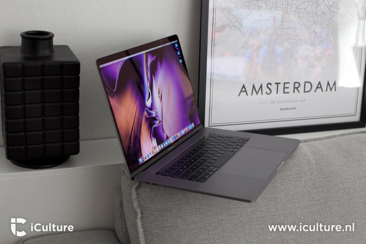 MacBook Pro 2018 vanaf de zijkant op de bank.